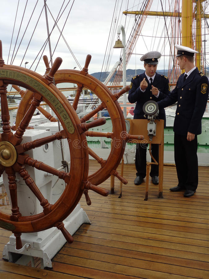 Cadets parlant à bord du bateau de navigation photos libres de droits