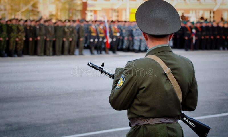 Cadets russes dans l'uniforme marchant sur le défilé photographie stock