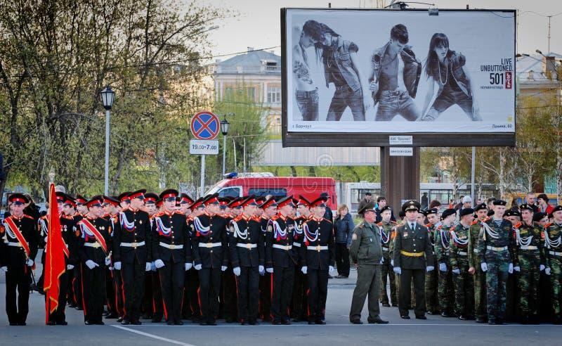 Cadets russes dans l'uniforme marchant sur le défilé photos libres de droits