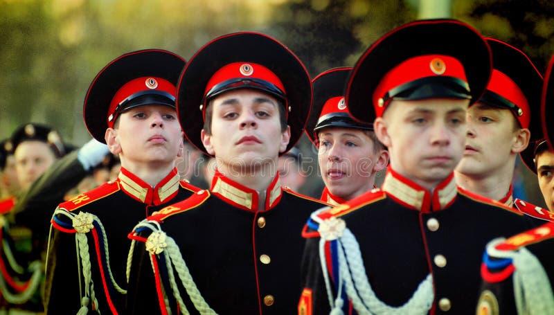 Cadets russes dans l'uniforme marchant sur le défilé images libres de droits