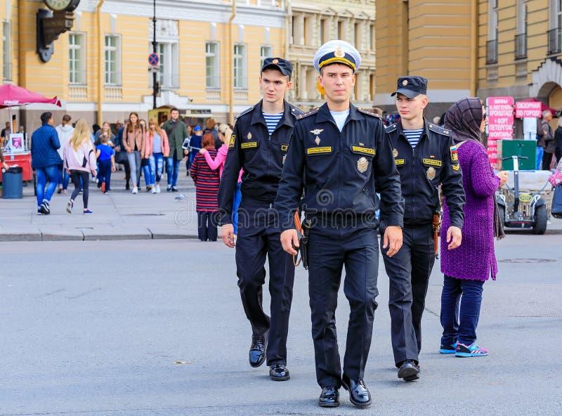 Cadets russes masculins de marine habillés dans l'uniforme marchant par la place de palais dans le St Petersbourg, Russie photographie stock libre de droits