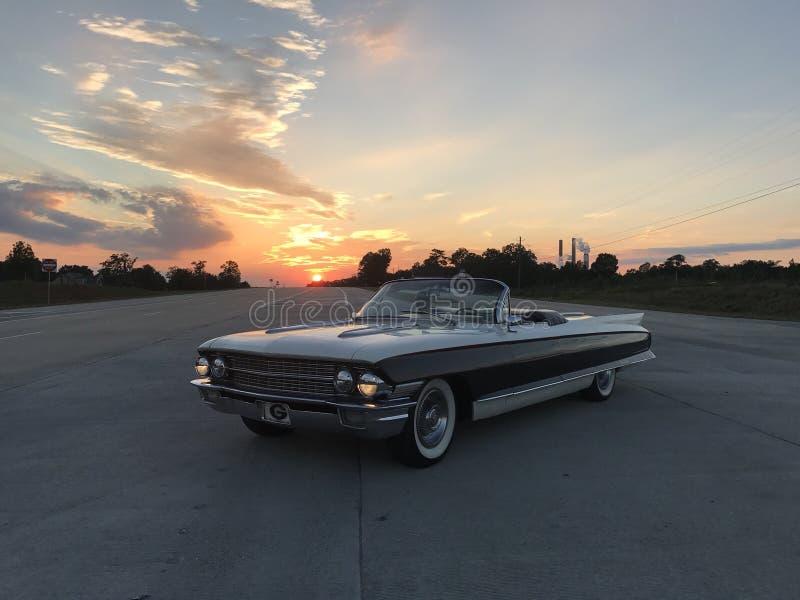 Cadillac στο ηλιοβασίλεμα στοκ εικόνες με δικαίωμα ελεύθερης χρήσης