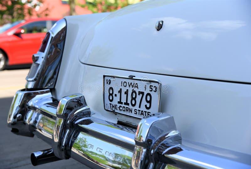 Cadillac antico bianco visualizza fiero la sua licenza dello Iowa plat fotografia stock libera da diritti