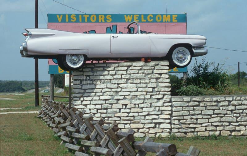 Cadillac convertibel op een omheining stock foto