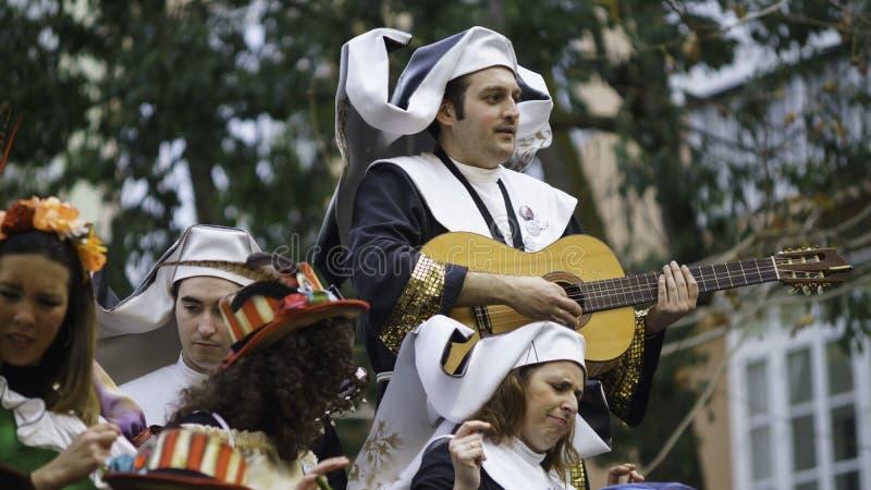 Cadiz, a Andaluzia, Espanha; 12 de fevereiro de 2018: Celebração do carnaval de Cadiz imagens de stock