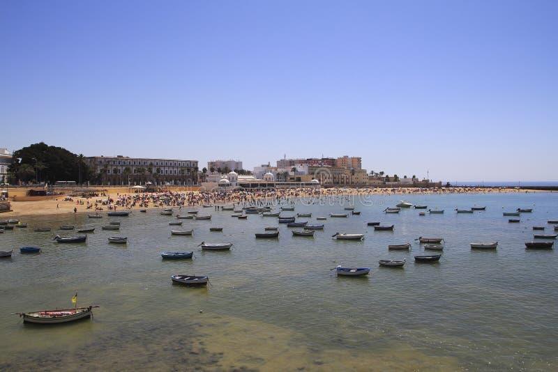 Cadiz plaża z cumować łodziami w południe Hiszpania, obraz stock