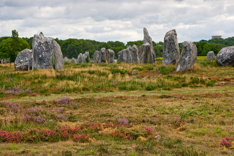 Cadrage mégalithique préhistorique de menhirs dans Carnac images stock