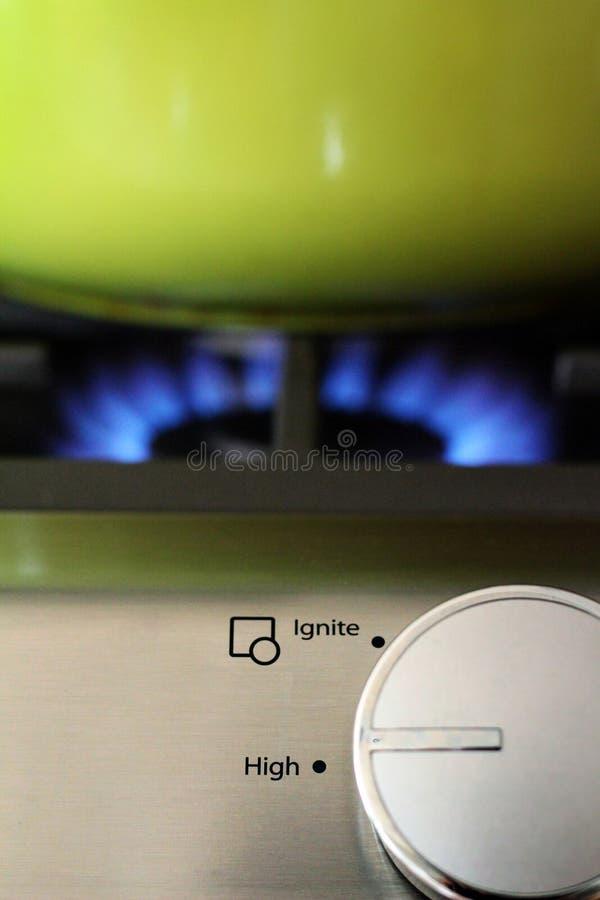 Cadran, flamme et pot naturels de cuisinière à gaz images stock