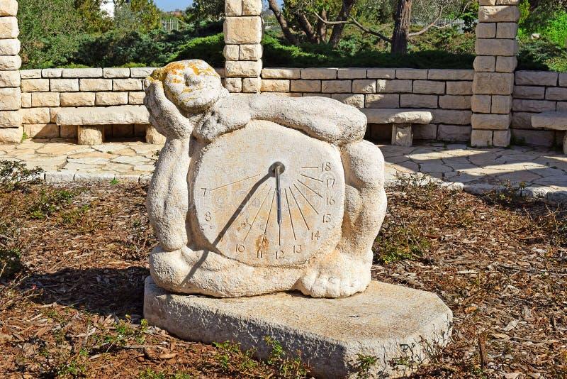 Cadran solaire dans la roseraie, parc Ramat Hanadiv, Israël photo stock