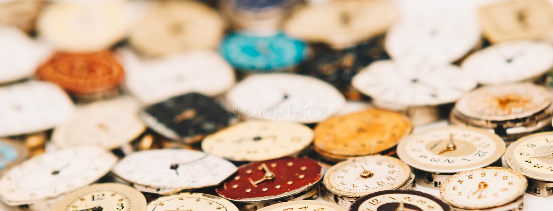 Cadrans rouillés de rétro petite montre-bracelet démodée avec des mains étroites vers le haut de l'image de bannière début de sit photo stock