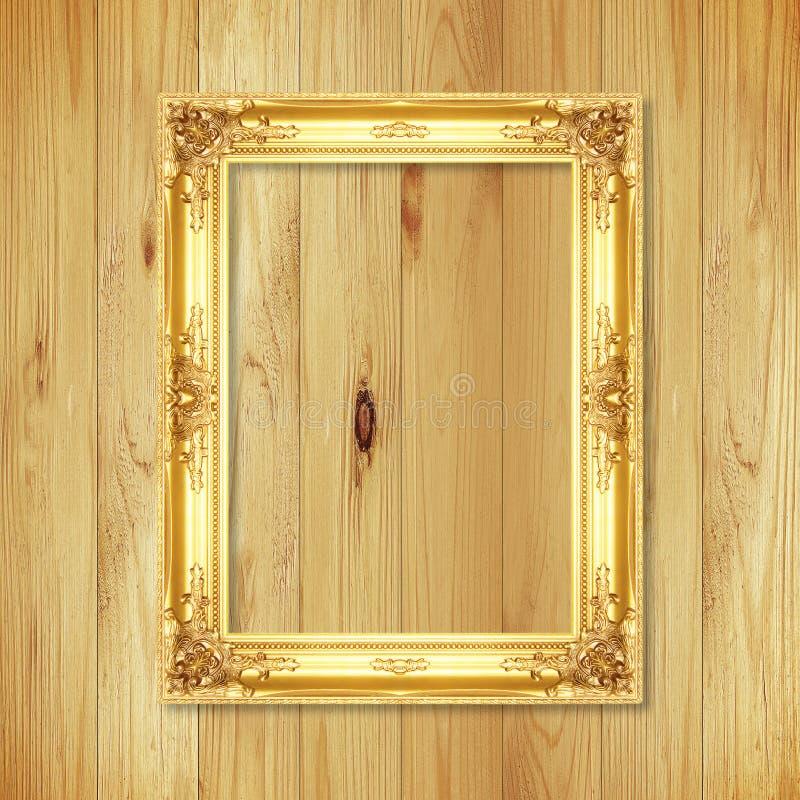 Cadre antique d'or sur le mur en bois ; Cadre de tableau vide sur le petit morceau photographie stock