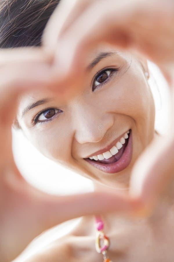 Cadre asiatique chinois de doigt de coeur de main de fille de femme photographie stock