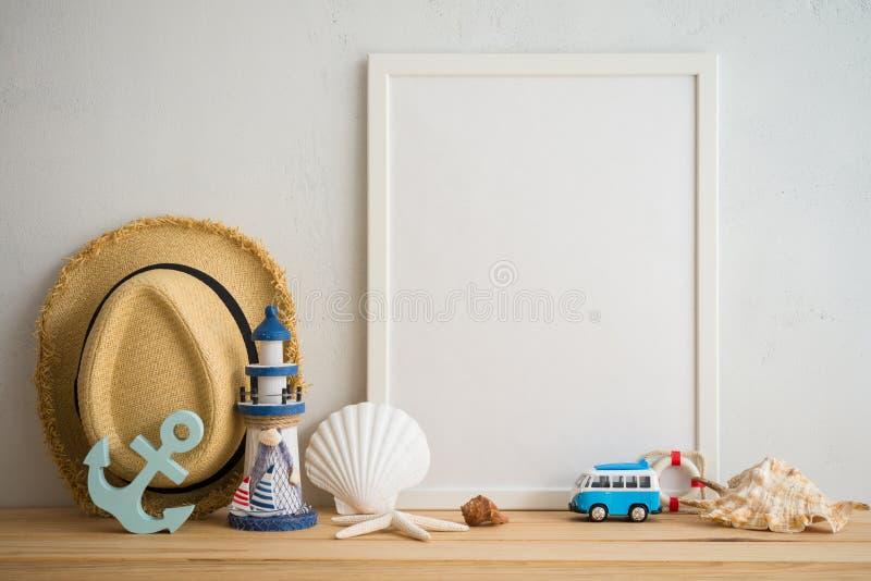 Cadre blanc de photo de vintage sur la vieille table en bois au-dessus du Ba blanc de mur images stock