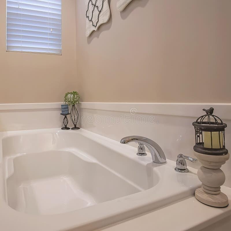 Cadre carré établi dans la stalle de baignoire et de douche avec le mur de verre à l'intérieur de la salle de bains d'une maison images stock