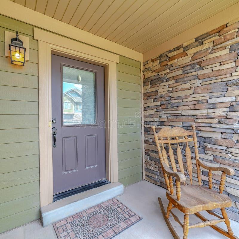 Cadre carré Fauteuil en roche sur le porche d'une maison image stock