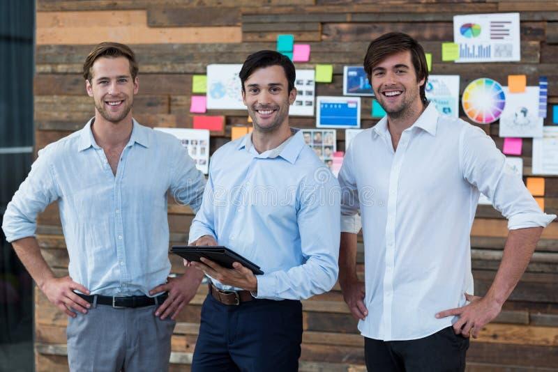 Cadre commercial discutant au-dessus du comprimé numérique dans le bureau photos stock