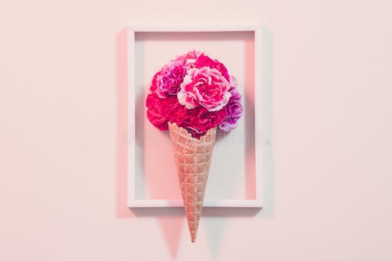 Cadre conceptuel de cône de crème d'oeillet de rose de cadeau photos libres de droits