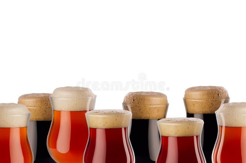 Cadre décoratif de bière différente dans le gobelet avec la mousse - bière blonde allemande, bière anglaise rouge, portier - d'is images libres de droits
