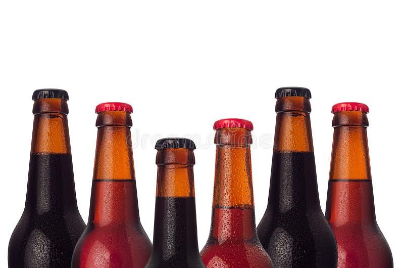 Cadre décoratif des bouteilles à bières de tête d'ensemble avec le portier, la bière de bière anglais et blonde et les baisses de image stock