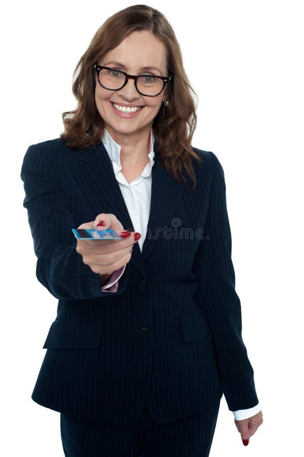 Cadre d'affaires t'offrant une carte de crédit photographie stock