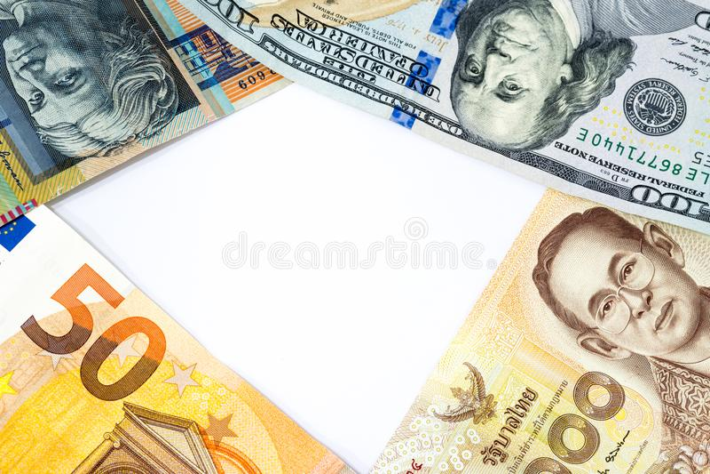 Cadre d'argent de divers billets de banque de différents pays dans le wor image libre de droits