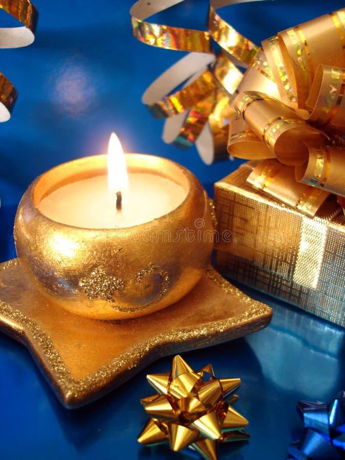 Cadre d'or de bougie et de cadeau photographie stock