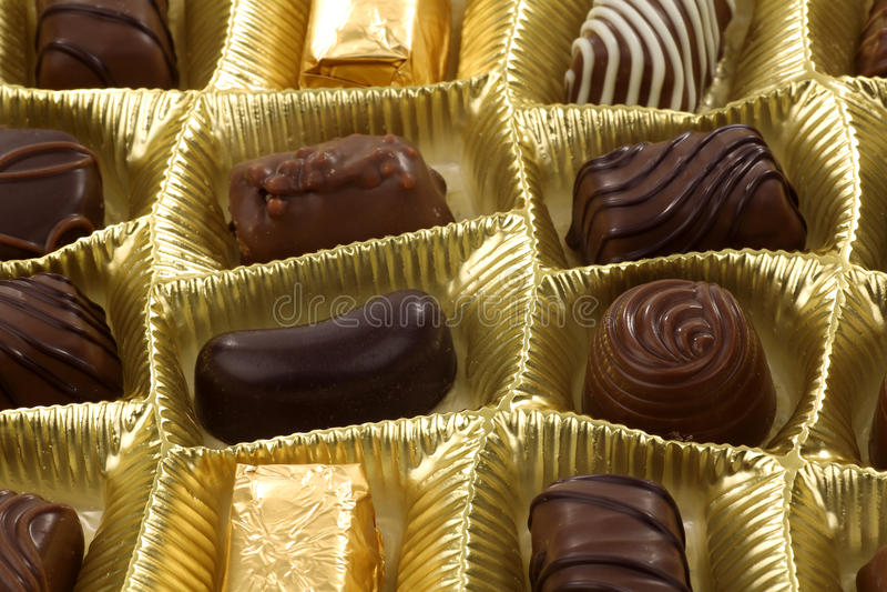 Cadre d'or de chocolats mélangés images stock