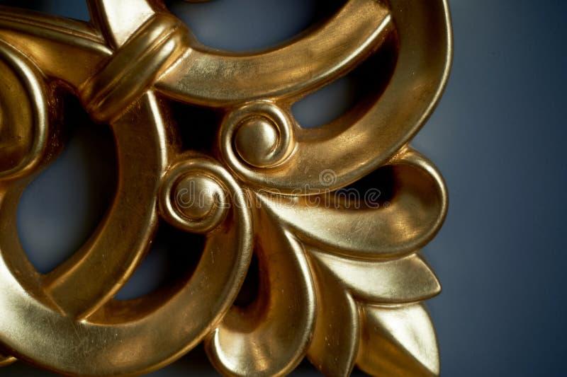 Cadre d'or de miroir ou élément de peinture attentivement photographie stock libre de droits