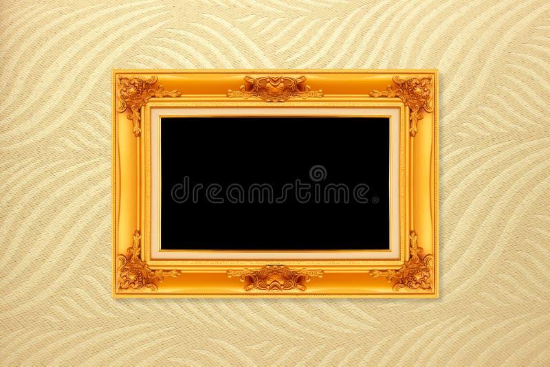 Cadre d'or vide de vintage sur le fond de papier peint photographie stock