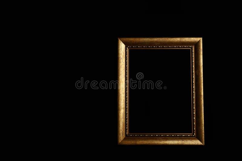 Cadre d'or vide sur le fond noir photos stock