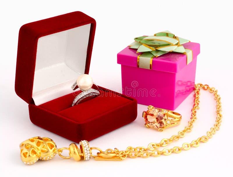 Cadre de bijou et de cadeau sur le fond blanc images stock