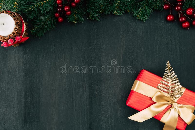Cadre de cadeau avec la bande d'or image stock