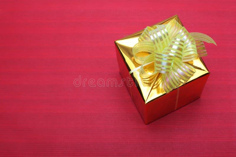 Cadre de cadeau d'or sur le rouge photo stock