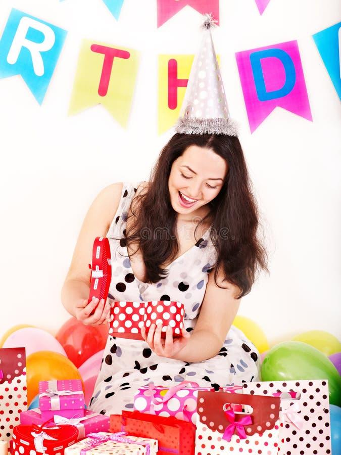 Cadre de cadeau de fixation de femme à la fête d'anniversaire. photo libre de droits