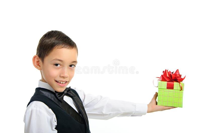 Cadre de cadeau de fixation de garçon avec la proue d'isolement sur le blanc image libre de droits
