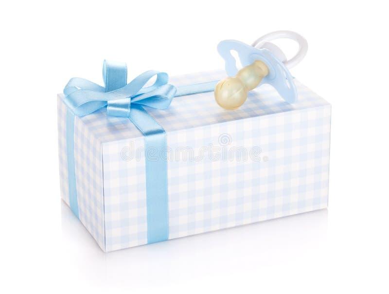 Cadre de cadeau et pacificateur pour le petit garçon photos stock