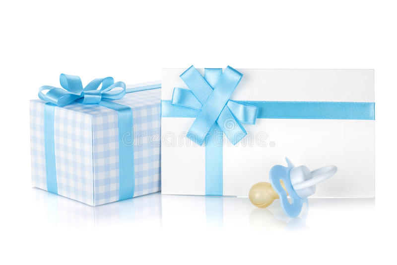 Cadre de cadeau et pacificateur pour le petit garçon photographie stock libre de droits