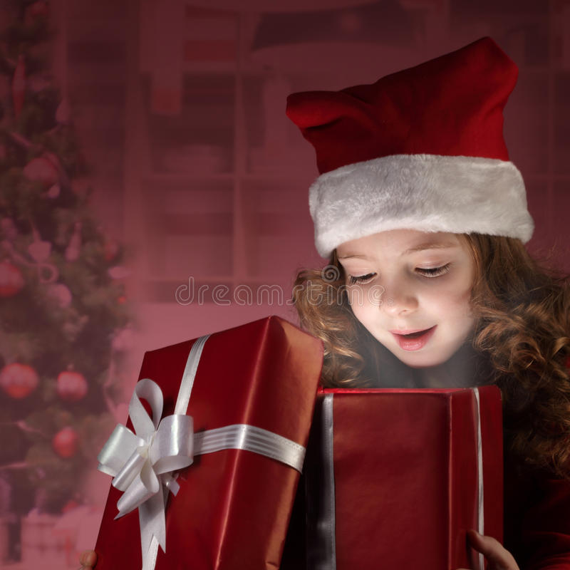 Cadre de cadeau ouvert heureux de petite fille image libre de droits