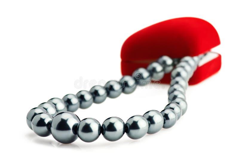 Cadre de cadeau rouge de velours et collier noir de perle image stock
