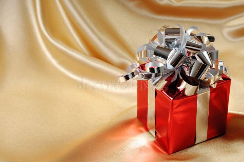 Cadre de cadeau sur le fond d'or image libre de droits