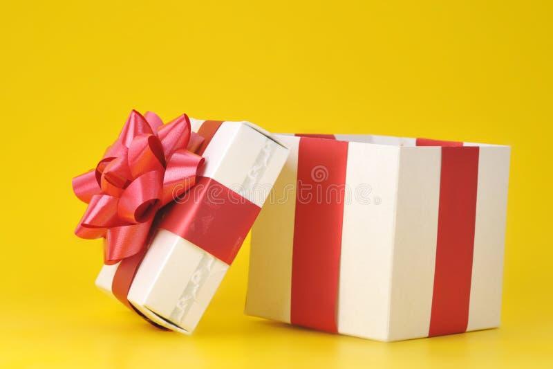 Cadre de cadeau sur le jaune photos libres de droits