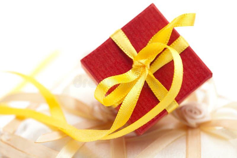 Cadre de cadeau sur un coussin pour les boucles image libre de droits