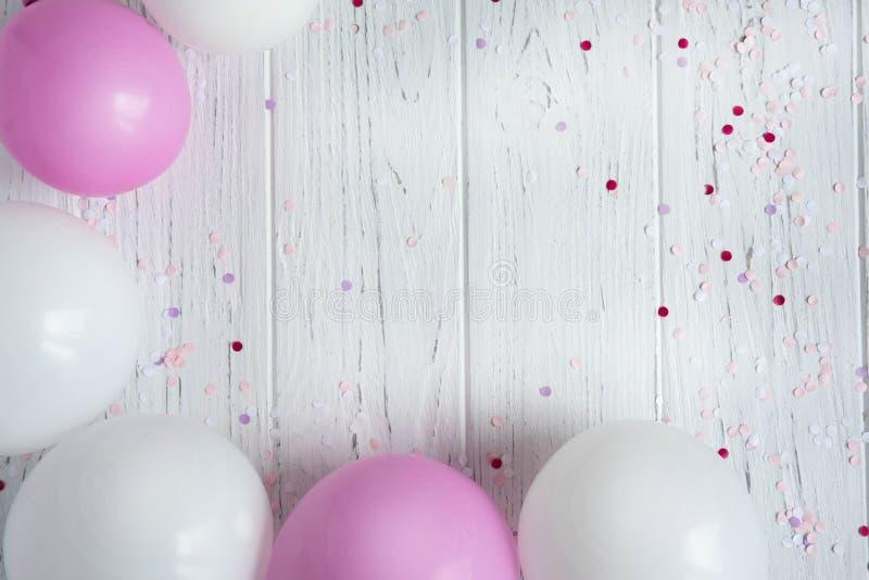 Cadre de conception pour le texte de carte de voeux, bannière avec des ballons Ballons blancs et roses sur un fond en bois clair photos libres de droits