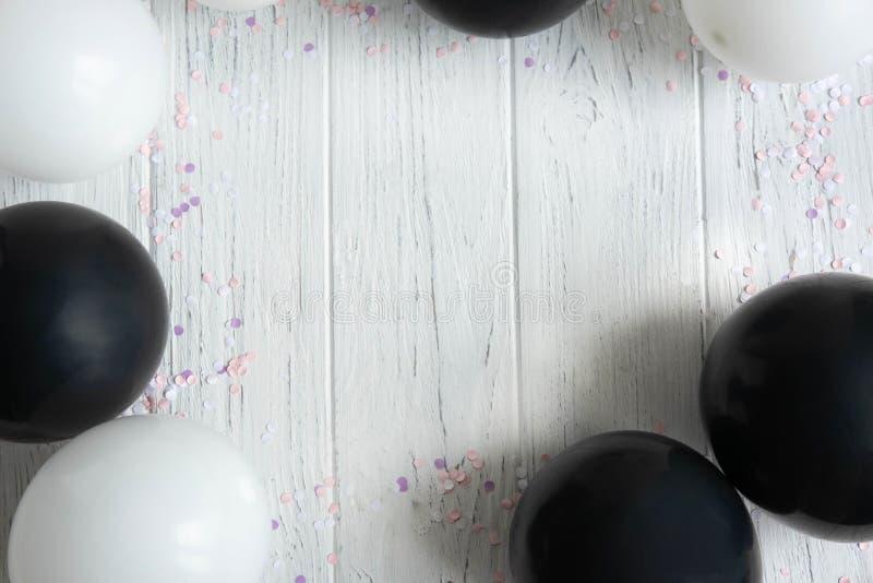 Cadre de conception pour le texte de carte de voeux, bannière avec des ballons Les ballons sont blancs et noirs sur un fond en bo photographie stock libre de droits