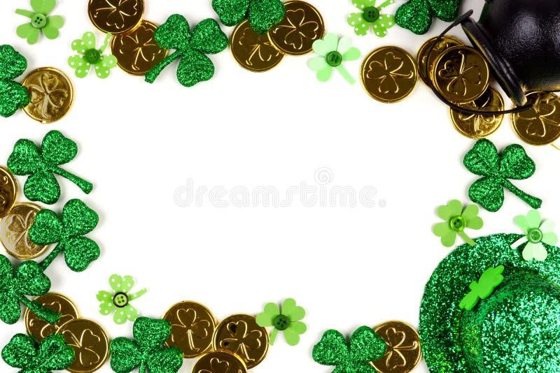 Cadre de décor de jour de St Patricks d'isolement sur le blanc photo libre de droits