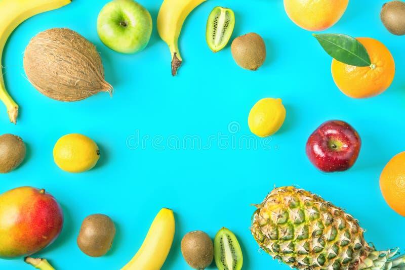 Cadre de différents fruits tropicaux et saisonniers d'été Pommes oranges Kiwi Bananas de citrons d'agrume de noix de coco de mang images stock