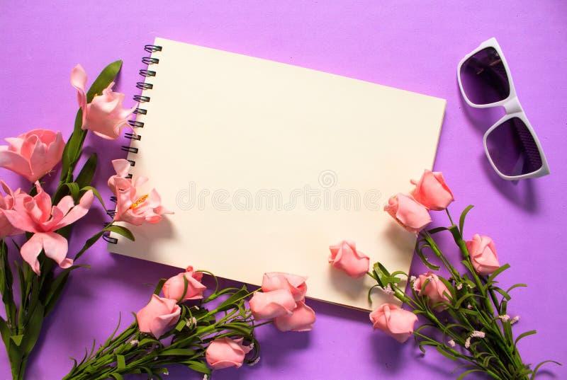 Cadre de fleur de Rose de page vide sur le fond violet Bouquet rose romantique de fleur photo stock