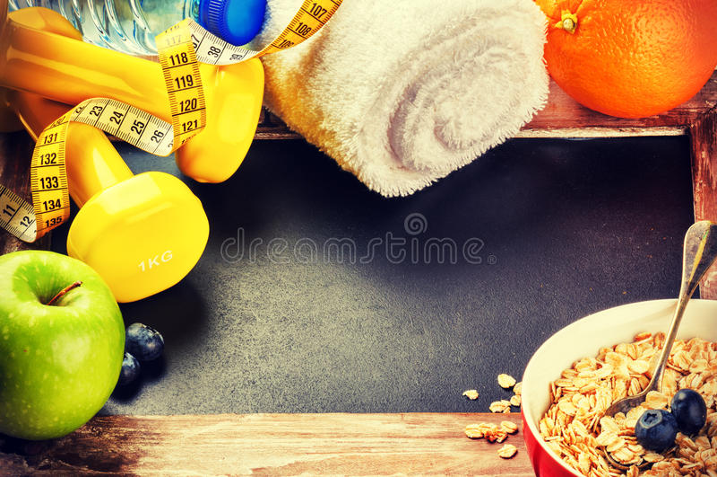 Cadre de forme physique avec des haltères et des fruits frais Style de vie sain photographie stock