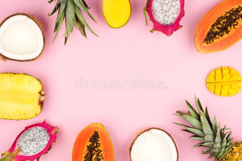 Cadre de fruit tropical sur un fond de rose en pastel image libre de droits