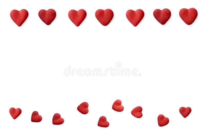 Cadre de jour de valentines avec les coeurs et le ruban rouge de satin Configuration plate D'isolement sur le fond blanc images libres de droits